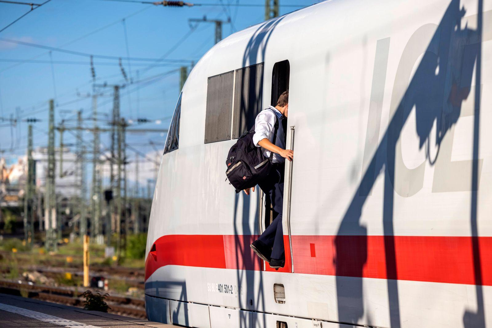 Lokführer an einer Lokomotive. // 08.08.2021: Deutschland, Baden-Württemberg, Stuttgart. *** Engine driver on a locomoti