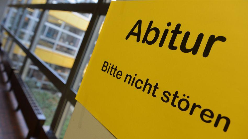 Abiturprüfung (Archiv): Lehrer wollte Schülerin im Abi helfen und landet vor Gericht