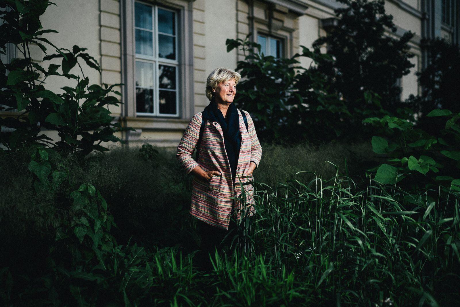 Monika Grütters, Politikerin und MdB, Beauftragte der Bundesregierung für Kultur und Medien, fotografiert auf einem Interview-Spaziergang in Berlin Mitte