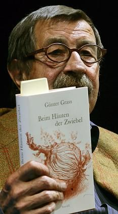 Günter Grass gave his first public reading from his controversial autobiography in Berlin on Monday.
