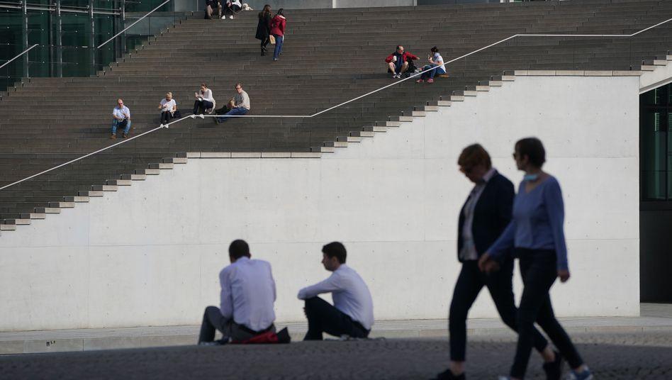 Passanten in Berlin: Politiker und Mediziner hatten vor einer Zuspitzung der Lage gewarnt