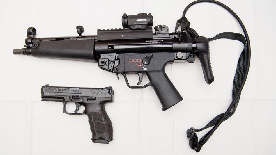 Eine Maschinenpistole MP5 und eine Pistole SFP9 der Polizei (Archivbild)