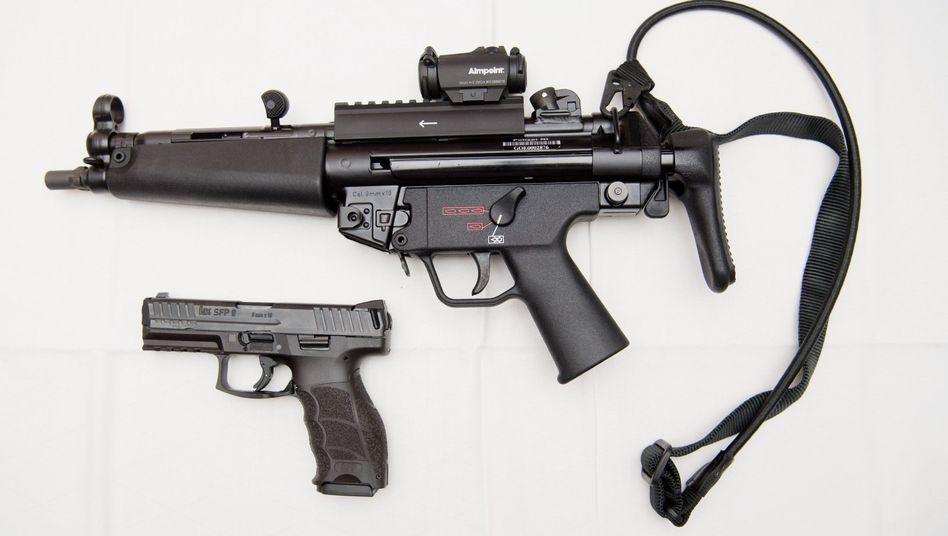Eine MP5 (oben) und eine SFP9 Pistole der Polizei (Archivbild)