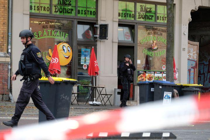 Polizisten in der gesperrten Innenstadt von Halle an der Saale
