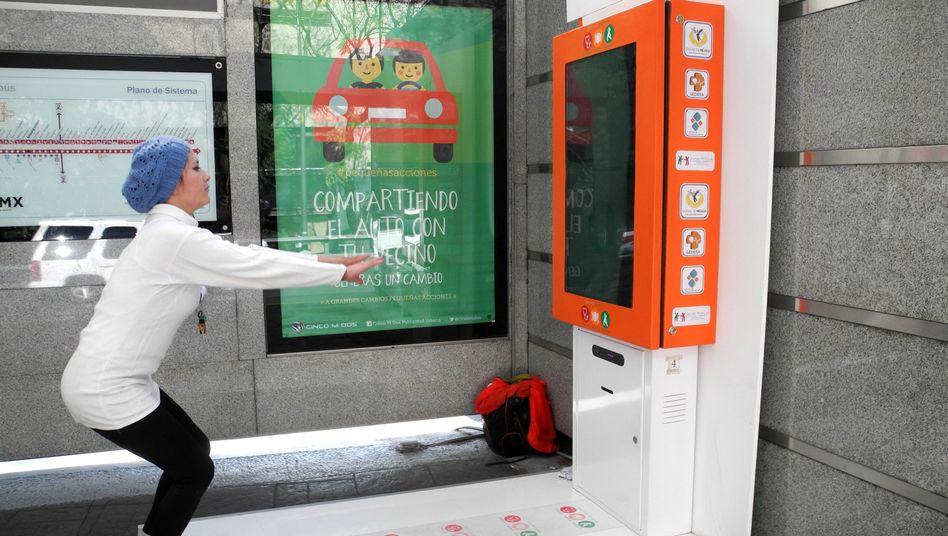 Runter geht's: Eine Frau macht Kniebeugen an einer Bushaltestelle