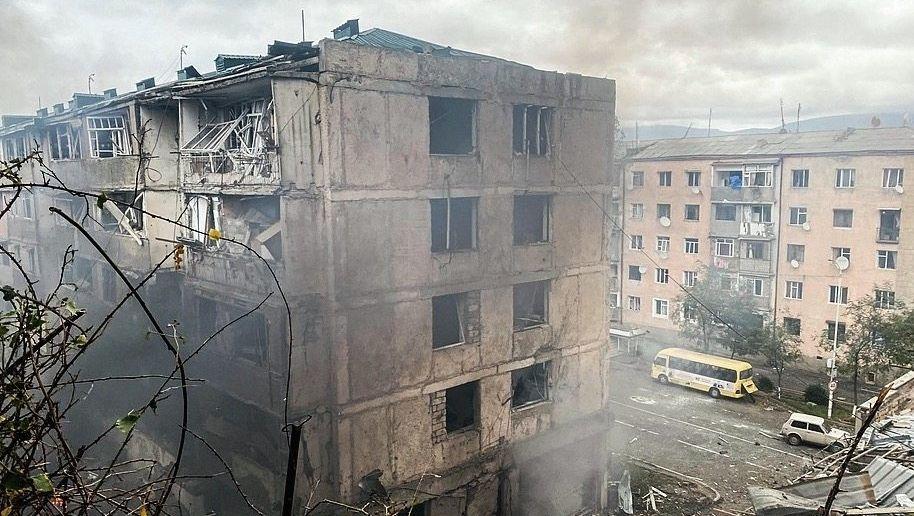Zerstörte Wohnhäuser in Stepanakert, Bergkarabach