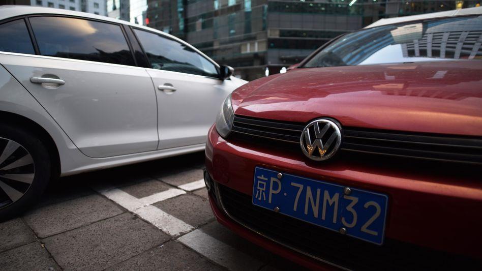 VW-Wagen auf einem Parkplatz in Peking: Nach dem Corona-Einbruch liegen die Absatzzahlen seit drei Monaten in Folge über Vorjahr