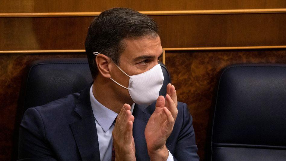 Misstrauensvotum überstanden: Premier Pedro Sánchez im Parlament in Madrid