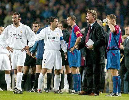 Barcelonas Trainer Luis Van Gaal (r.) versucht die erhitzten Spieler-Gemüter zu beruhigen