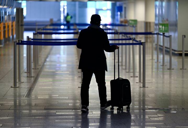 Flugreisender am fast leeren Terminal 1 des Frankfurter Flughafens
