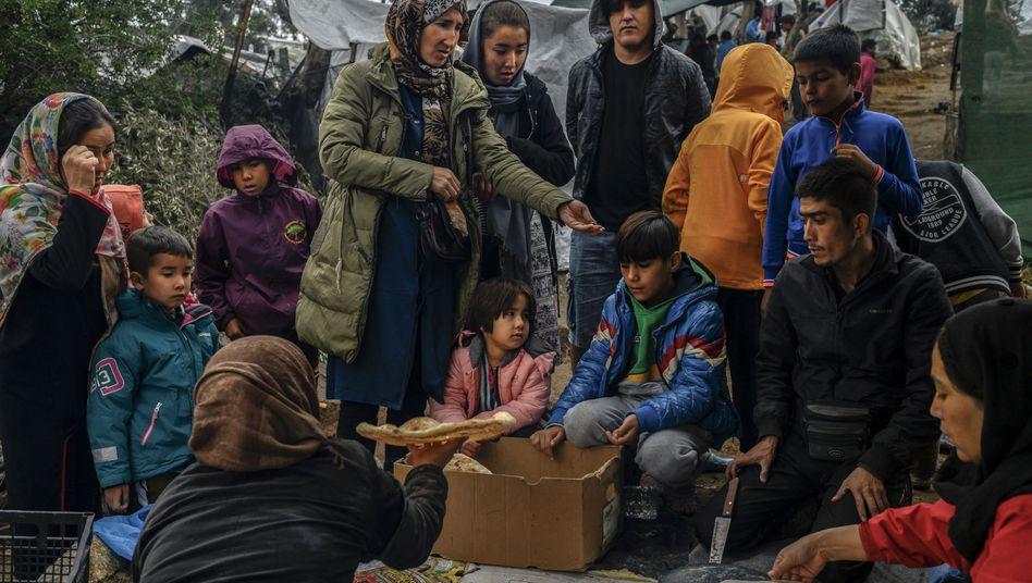 Migranten auf Lesbos in einem Zwischenlager neben dem Lager Moria beim Brotkauf