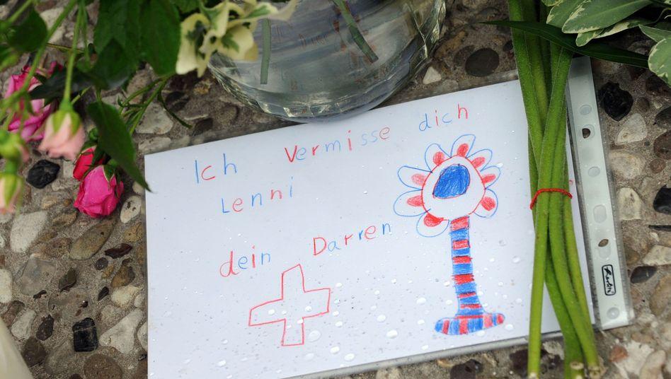 Vor dem Haus der Familie: Freunde und Bekannte haben Blumen und Briefe niedergelegt