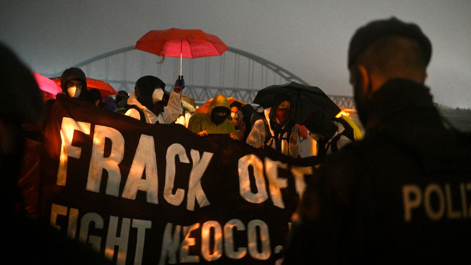 """Frack off!"": Protestaktion im Tagebau Garzweiler"