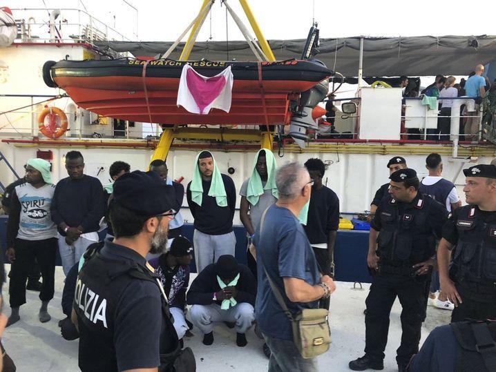 """Migranten, die von der """"Sea-Watch 3"""" aus Seenot gerettet wurden, an Land in Lampedusa"""