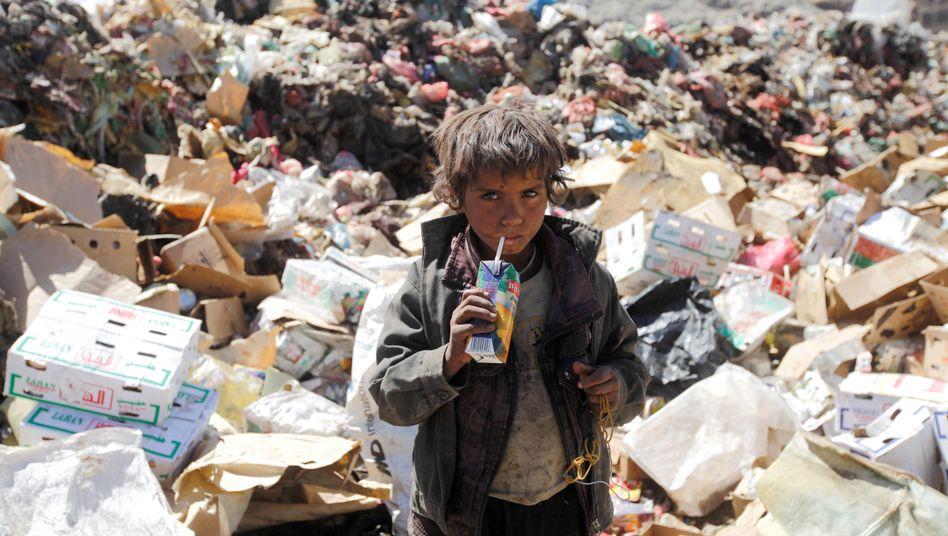 Junge zwischen Müll im Jemen (Archivbild)