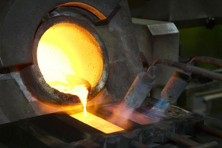 Gold im Schmelztiegel bei Argor-Heraeus: Bis zu 99,99 Prozent Reinheit