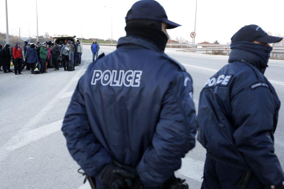 Zehntausende Pushbacks? Maskierte griechische Polizisten kontrollieren Migranten nahe der türkischen Grenze.