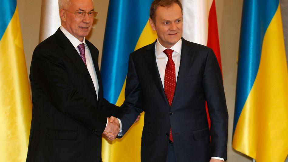 Ukrainischer Premier Azarow (l.), polnischer Kollege Tusk: Warschau versucht einen Spagat