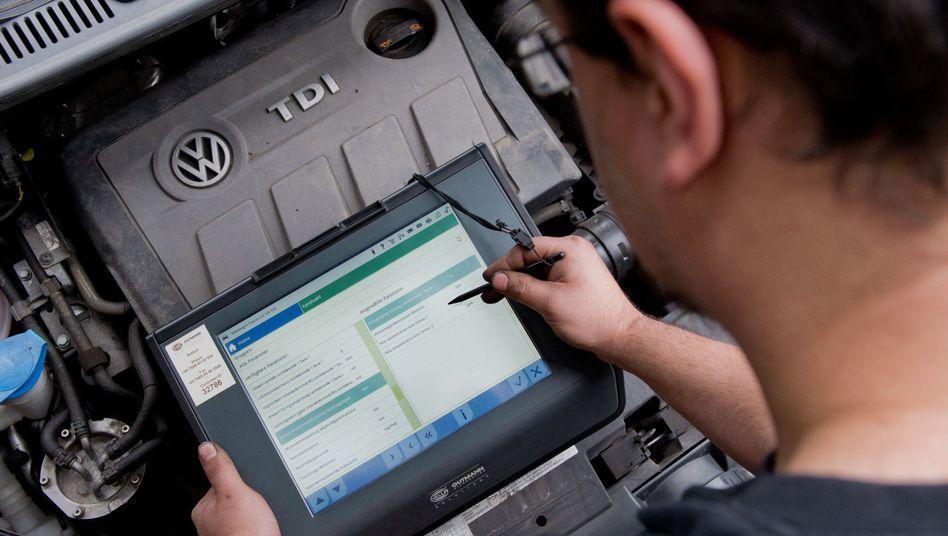 Techniker bei Prüfung eines Dieselmotors: Neue Testregeln beschlossen