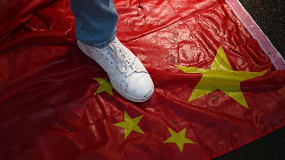 Ein Demonstrant tritt bei einer Protestaktion Anfang Juni in London auf eine chinesische Flagge: Das Land wirft den G7 Verunglimpfung vor