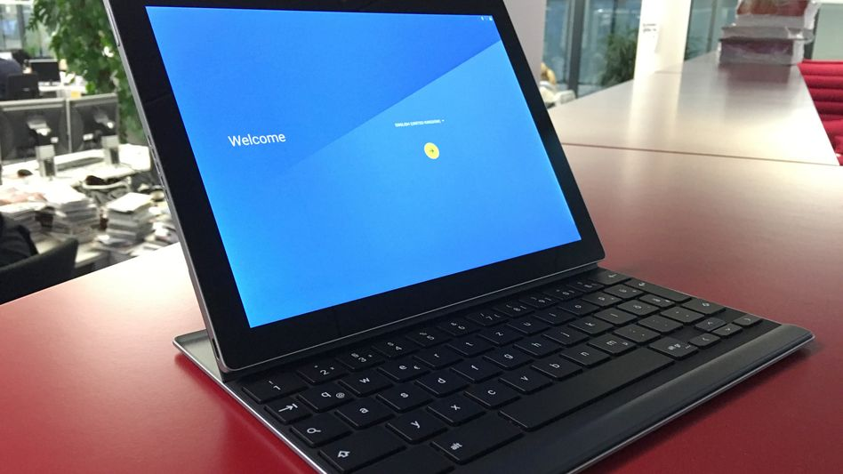Pixel C: Die Tastatur wird magnetisch mit dem Tablet verbunden