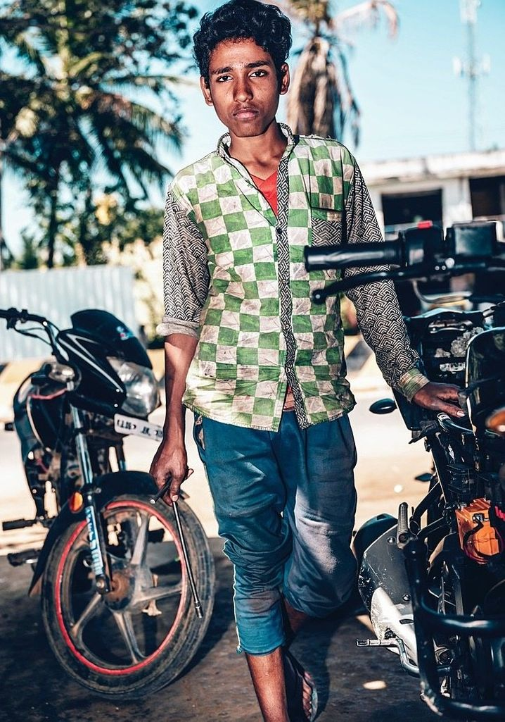 """Mechanic Salman Pasha in India: """"My parents always told me: If you work hard, you'll get somewhere."""""""
