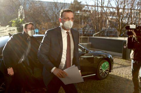 Minister Spahn auf dem Weg zur Pressekonferenz an diesem Mittwoch in Berlin