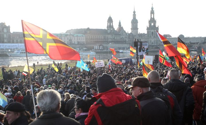 Pegida-Kundgebung am Elbufer in Dresden