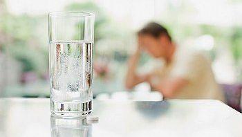 Der Tag danach: Wasser trinken gilt als hilfreich gegen Kater