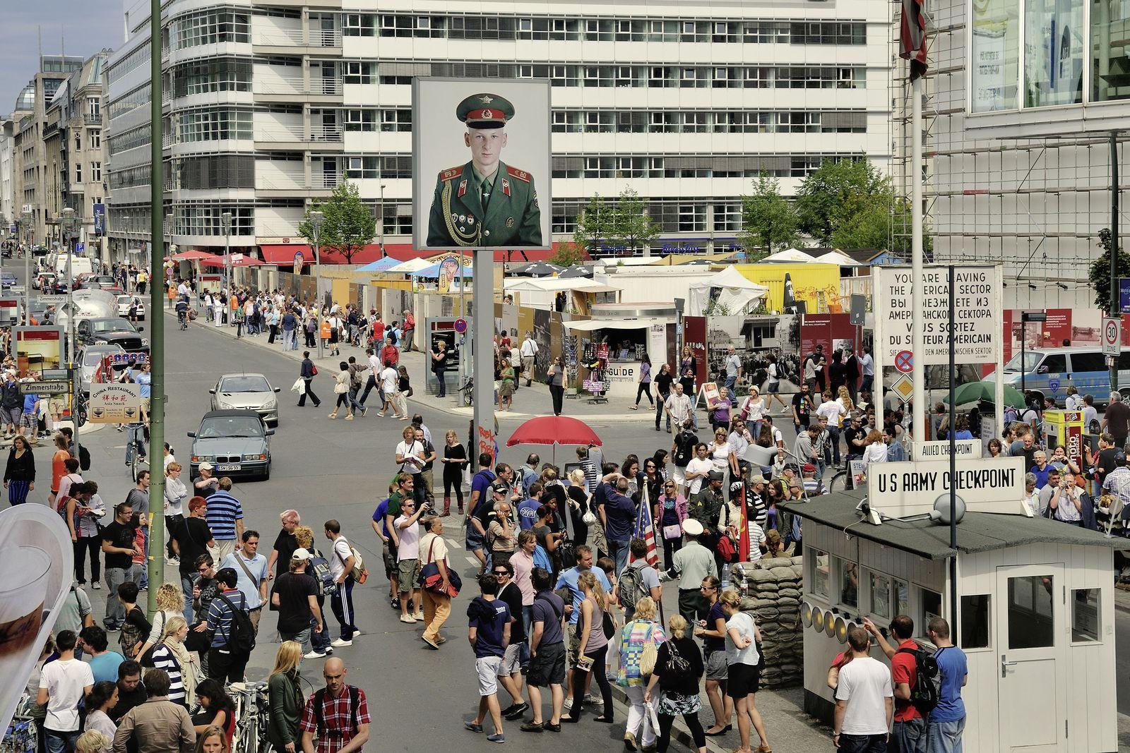 """EINMALIGE VERWENDUNG SPIEGEL PLUS DER SPIEGEL 16/2018 Seite 116 """"Checkpoint Charlie"""", aus der Serie """"In den StraÃen von Berlin"""""""
