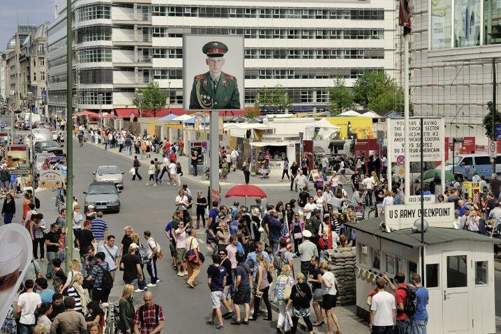 Ehemaliger Checkpoint Charlie in Berlin: Geschenk oder gegenseitiges Misstrauen