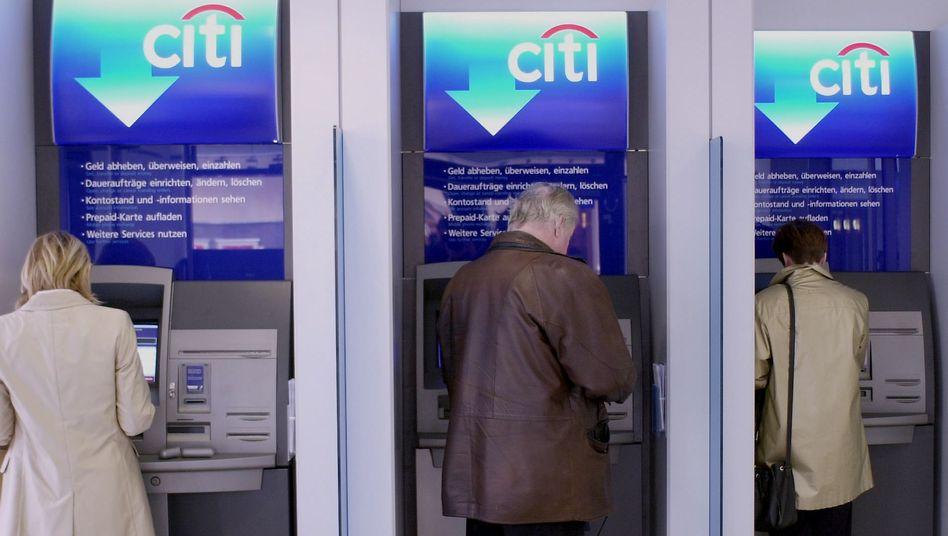 Kunden am Geldautomaten: Zahl der Manipulationen an Automaten ist rückläufig