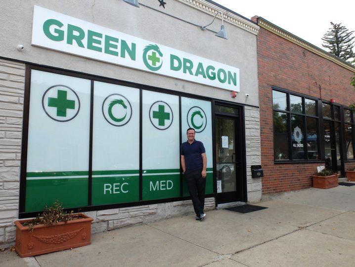 Bürgermeister Kristian Teegardin posiert vor einem der Marihuana-Shops in seinem Ort