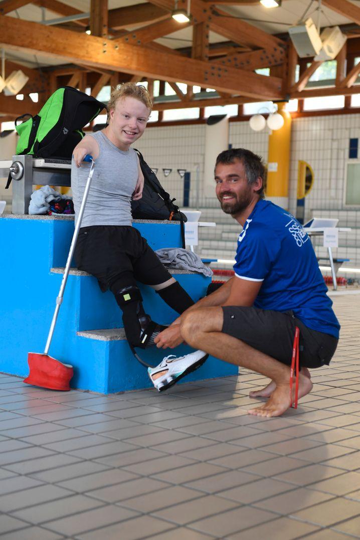 Ohne ihn geht nichts: Josia und sein Trainer Chris Thiel sind seit Jahren ein Team. Chris ist selbst ein guter Schwimmer und kann Josia viele Tipps geben.