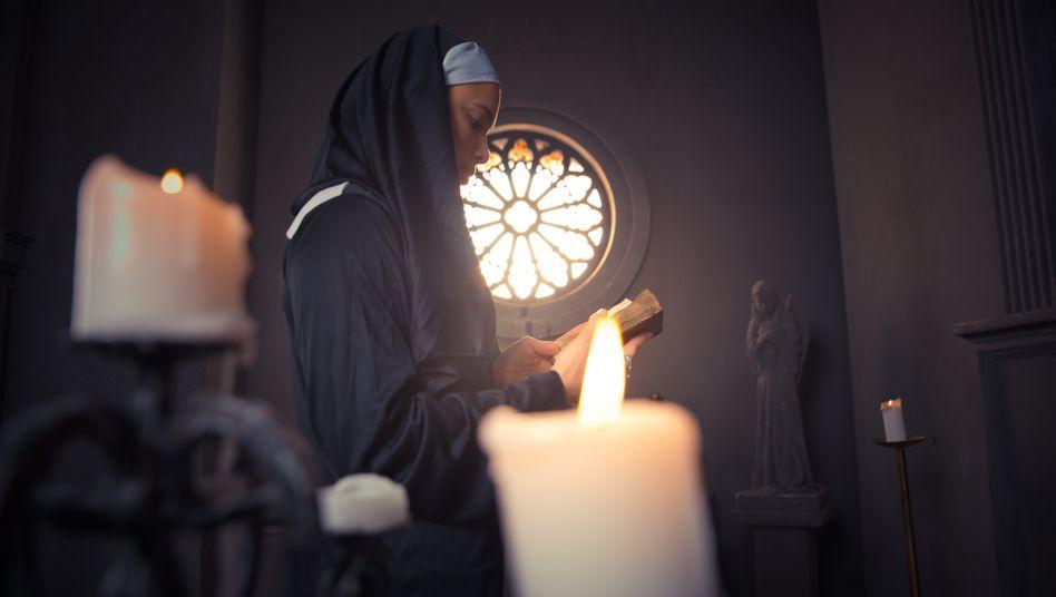 Betende Nonne in einer Kirche (Symbolfoto)