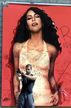 Trauerarbeit: Aaliyah-Fan Wayne Hernandez knipst sich selbst vor einem überlebensgroßen Plakat seines Idols am Sunset Boulevard in Los Angeles.