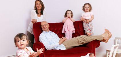 """Entspannte Familie: """"Locker bleiben"""" heißt die Devise für Vater Dieter, Mutter Esther und die drei Töchter Rosa, Lilly und Fanny"""