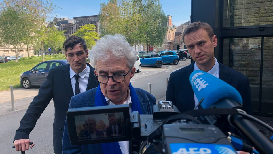 Die Brüder Alexej und Oleg Nawalny im April 2019 mit ihrem französischen Anwalt William Bourdon vor dem Amtsgericht in Vannes in der Bretagne