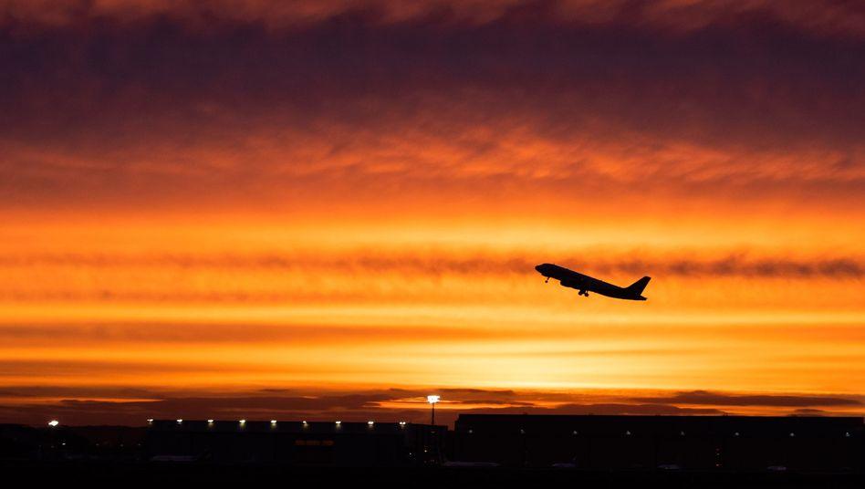Flugzeug über dem Düsseldorfer Flughafen