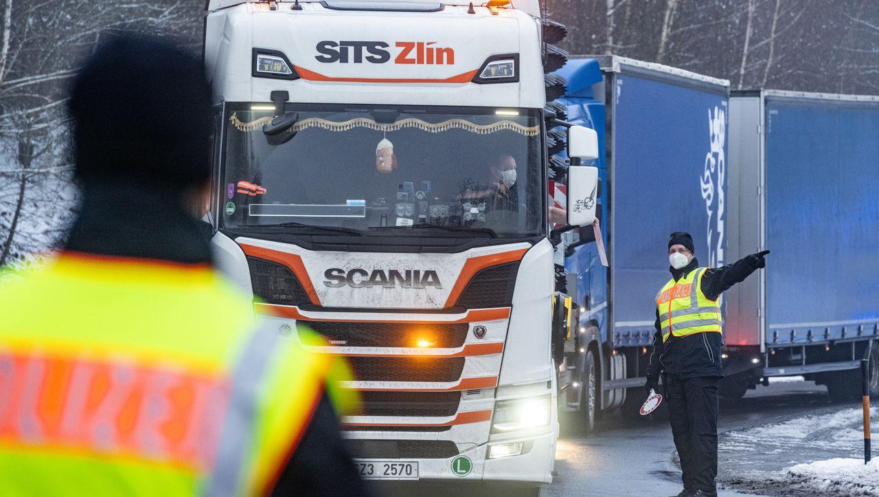 Grenzkontrollen bei Lkw-Fahrern zwischen Tschechien und Deutschland: Weltverband warnt vor leeren Regalen