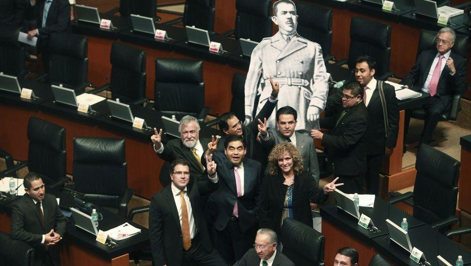 Mexikanische Linkspolitiker im Senat: Protest gegen die Energiereform