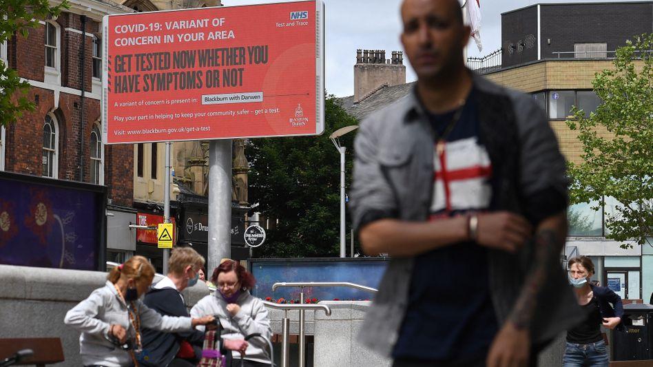 Fußgänger im englischen Blackburn: Eine Anzeigetafel warnt vor der Virusvariante
