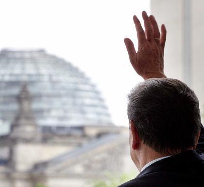 Schröder im Kanzleramt: Ein letzter Blick auf den Reichstag?