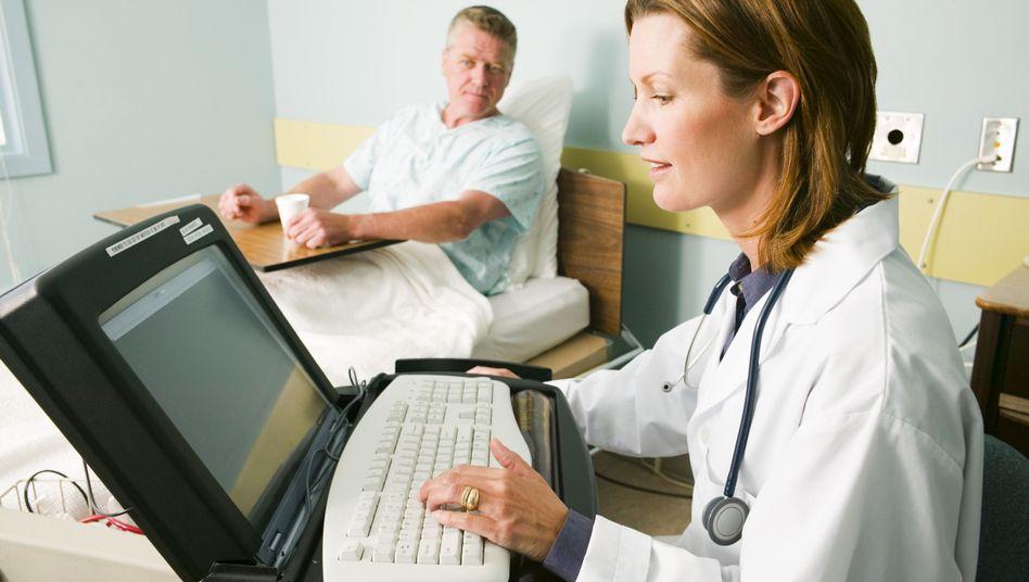 Patient, Ärztin (Symbolfoto): Wie stark beeinflusst die Kommunikation die Therapie?