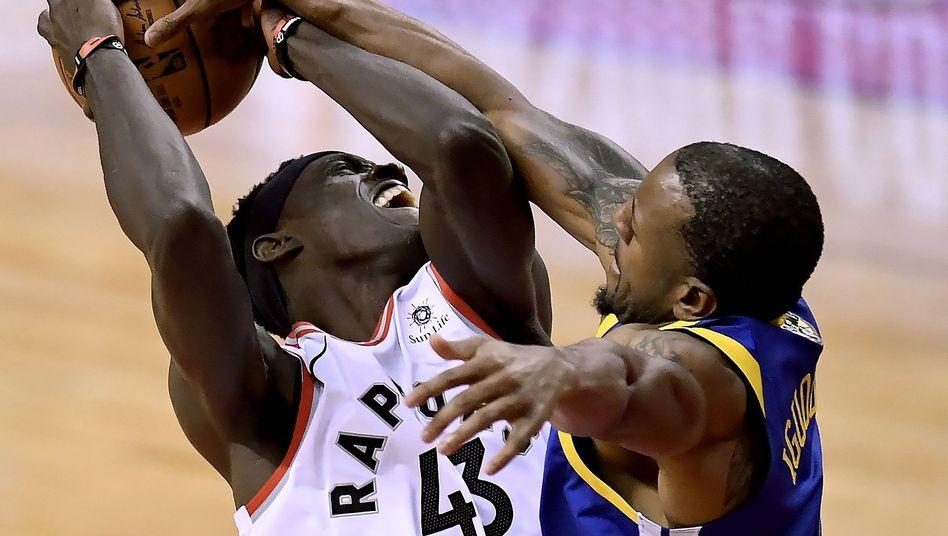 Andre Iguodala (r.) von den Golden State Warriors stoppt Gegenspieler Pascal Siakam