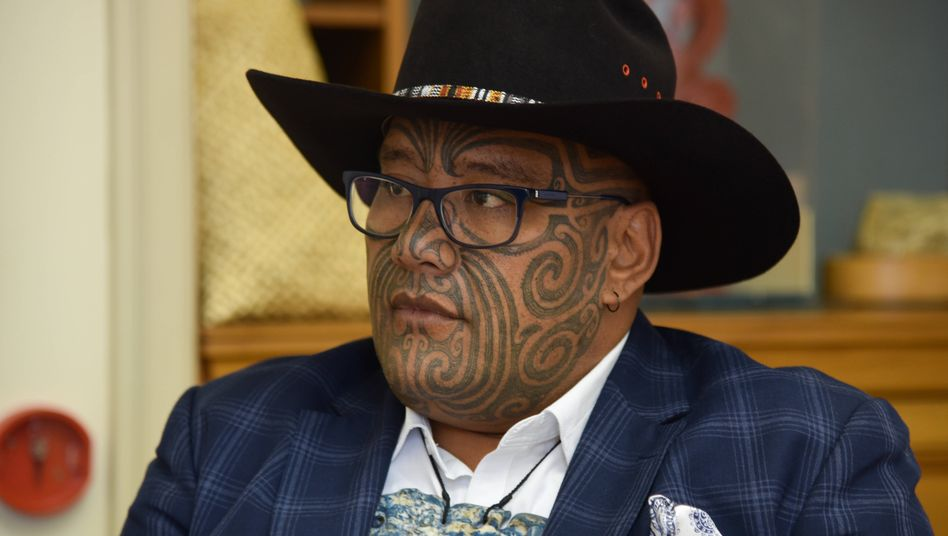 Traditioneller Halsschmuck statt Krawatte: Parlamentarier Rawiri Waititi