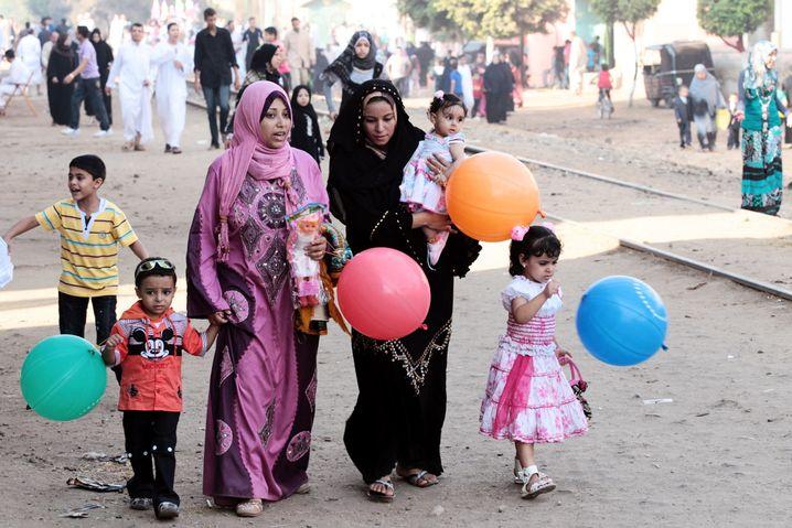 Frauen mit ihren Kindern während eines muslimischen Feiertags in dem Dorf Dalgamon, Tanta