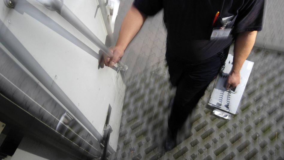 Geldtransport durch einen Mitarbeiter einer Sicherheitsfirma (Symbolbild)