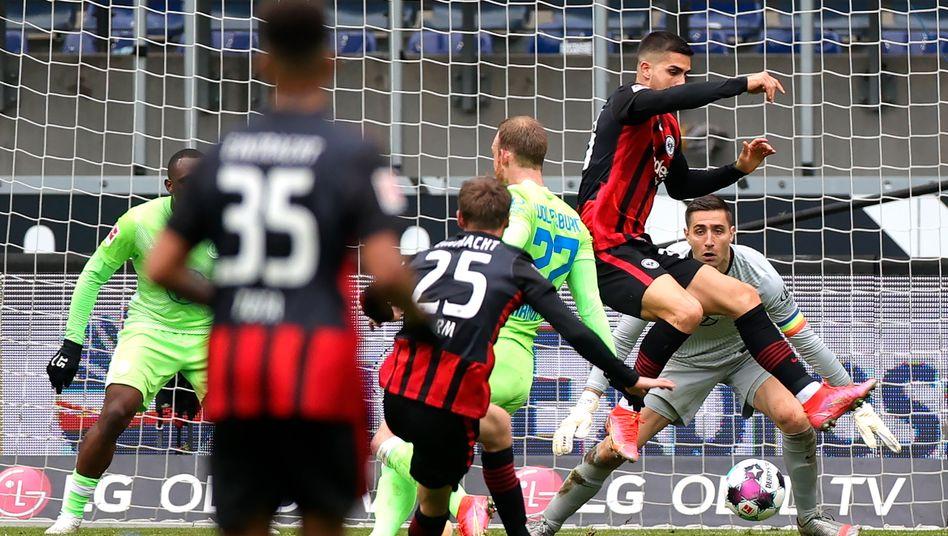 Wolfsburgs Torwart Koen Casteels (Hintergrund) hatte gegen Frankfurt ungewöhnlich viel zu tun