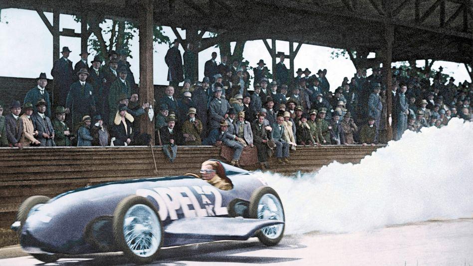 Am 23. Mai 1928 schoss Fritz von Opel mit seinem Raketenwagen RAK 2 mit 238 km/h über die Avus. Für Vortrieb sorgten 24 Feststoffraketen im Heck des Autos.